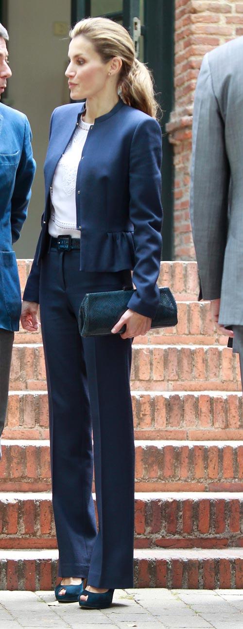 Desvistiendo a Letizia » Con su uniforme de trabajo ¡de lana!