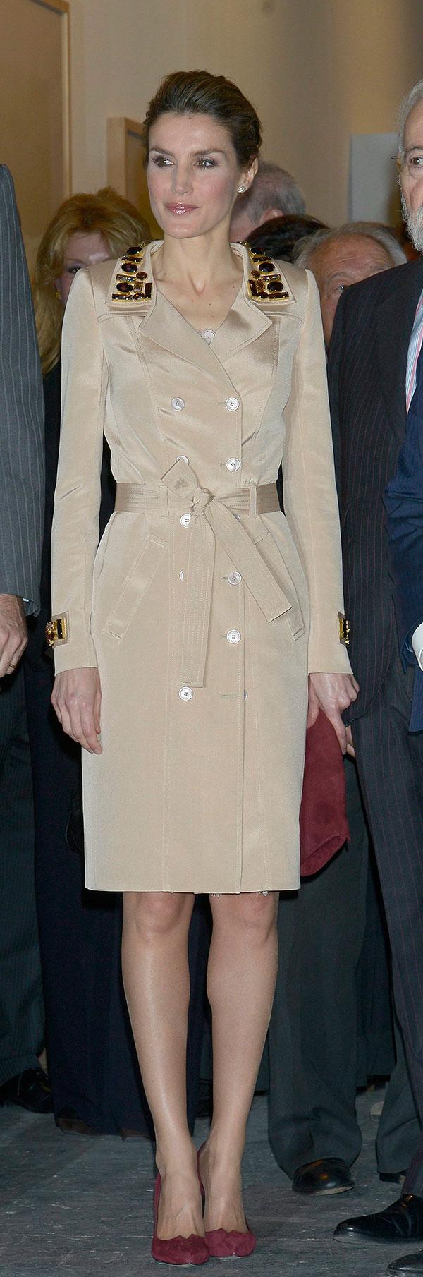 Resultado de imagen de gabardina vestido letizia