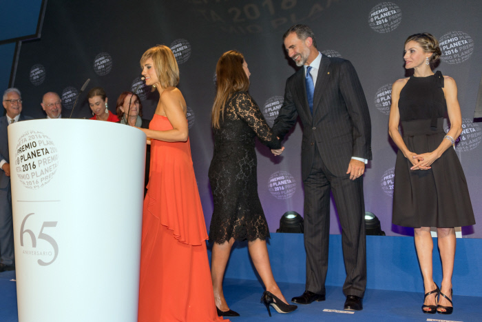 Spanish King Felipe VI and Queen Letizia with writer Dolores Redondo during delivery of the Planeta Prize of Literature in Barcelona on Saturday 15, October 2016